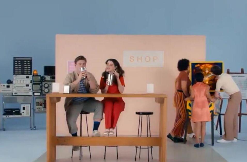 MILKŠEJK, PICA I PLIVANJE SA AJKULAMA: Bizarni spotovi iz seksualnog obrazovanja zgranuli Australiju VIDEO