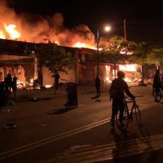 MINEAPOLIS SE NE SMIRUJE: Proglašeno vanredno stanje, nemiri se šire na Čikago i Los Anđeles (VIDEO)