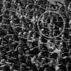 MISTERIJA LEGENDARNE FOTOGRAFIJE: Šta se dogodilo čoveku koji je jedini odbio da salutira Hitleru?