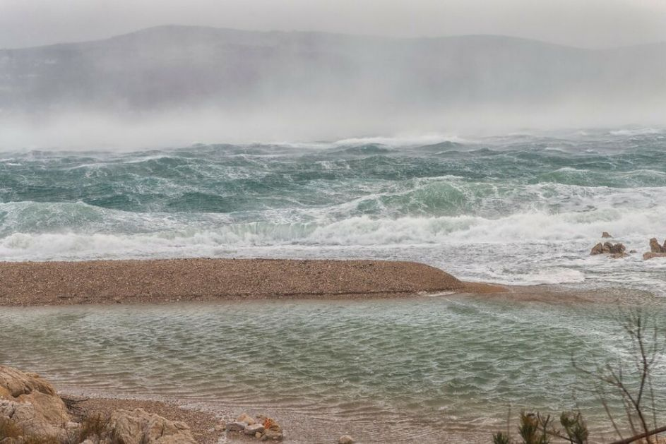 MISTERIJA: Žena u 60im koja savršeno govori engleski ali se ne seća svog imena, pronađena na stenama ostrva u Hrvatskoj
