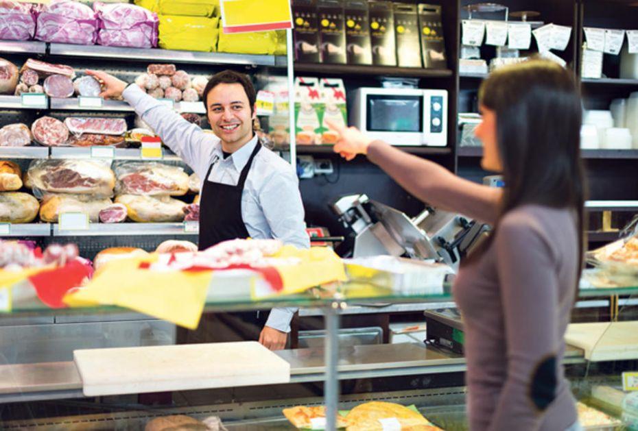 MISTERIOZNI KUPAC OBIŠAO RADNJE PO SRBIJI UOČI NOVE GODINE: Usluga ispod evro nivoa, prodavci pojma nemaju o svom poslu