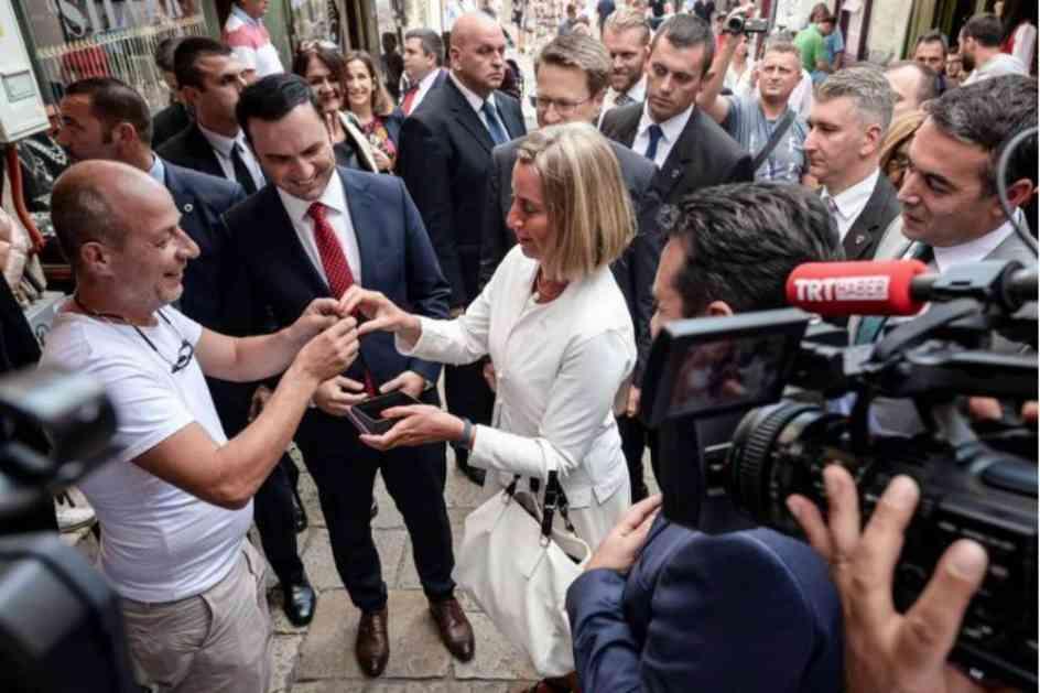 MOGERNIJEVA SE PROŠETALA STAROM ČARŠIJOM TOKOM POSETE SKOPLJU: Pozvala Makedonce da izađu na referendum i popila čaj, a evo šta je dobila na poklon