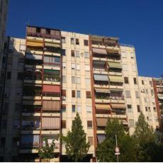 MOGLO JE BITI KOBNO PO BILO KOGA U BLIZINI: Deo terase otpao sa šestog sprata u Novom Sadu, stanari u šoku
