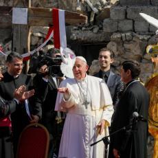 MOLITVA U SRUŠENIM CRKVAMA: Papa Franja stigao u grad koji je simbol stradanja od strane ISIS-a (VIDEO)
