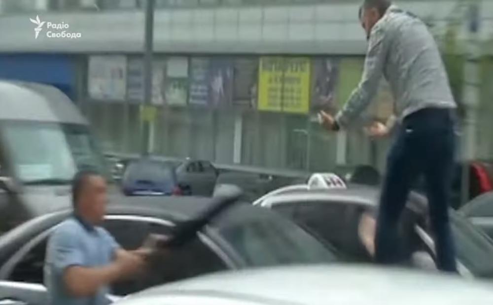 MOMAK SKOČIO NA AUTO PETRA POROŠENKA: Isprskao telohranitelja sprejom pa dobio udarac kišobranom! (VIDEO)