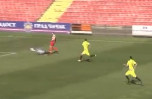 MONSTRUOZAN START KOJI SE NE VIĐA SVAKI DAN: Golman slomio nogu fubaleru Borca! (VIDEO)
