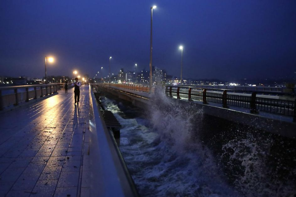 MONSTRUOZNI TAJFUN OPUSTOŠIO JAPAN: Najmanje 18 ljudi poginulo, a 13 je nestalo! Naleti vetra idu i do 180 km na sat, delovi zemlje potpuno poplavljeni! (VIDEO)