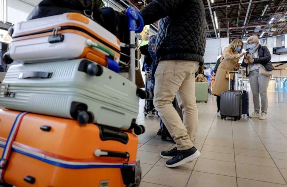 MORE ĆE VIDETI SAMO SA TERASE Grupa Holanđana letuje na Rodosu uz brojna ograničenja: Da li je ovo recept za oživljavanje turizma?