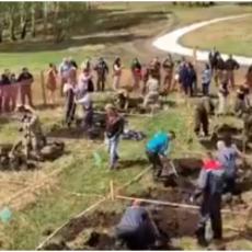 MOŽE LI BIZARNIJE OD OVOGA: Organizovali takmičenje u kopanju grobova a razlog je neverovatan (VIDEO)