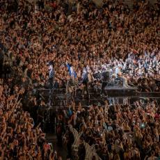 MOŽE LI SRBIJA OVAKO? Održan najveći koncert od početka pandemije, 50.000 ljudi bez maski, korone kao da nije ni bilo