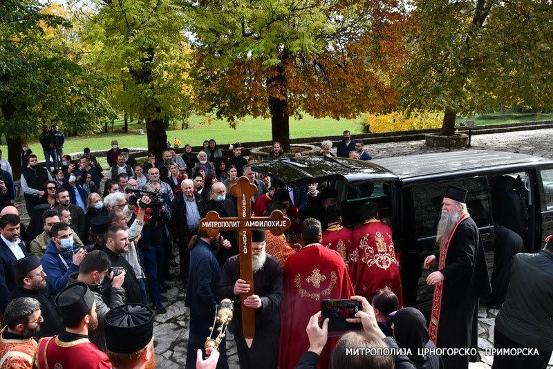 Biblijske scene iz Podgorice: Hiljade građana se oprašta od Amfilohija, mnogi na kolenima dočekali kovčeg mitropolita