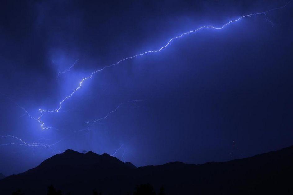 MUNJA UBILA 33 INDIJCA: Velika oluja zatekla ljude na njivama, srušeno i 20 kuća (VIDEO)
