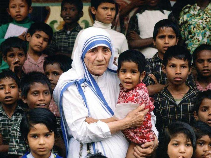 Majka Tereza – od kontroverzne svetice do licemernog anđela pakla