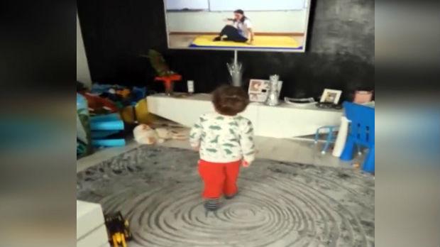 Mali Aleksej vežba fizičko uz onlajn nastavu