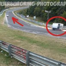 Mali je pojurio za BMW-om, a ono što se zatim dogodilo izazvalo je potpuni ŠOK! (VIDEO)