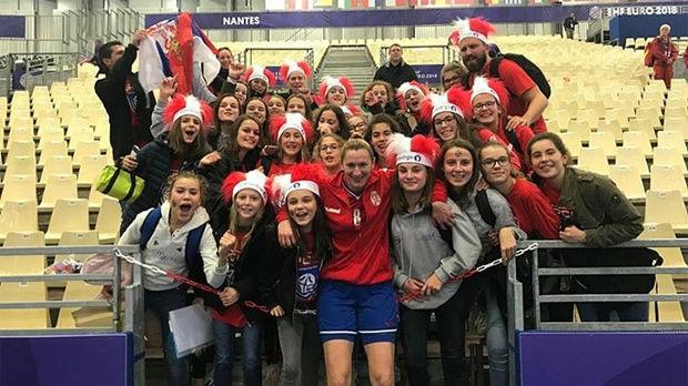 Mališani iz Francuske navijaju za rukometašice Srbije