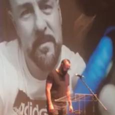 Marko Luis napravio NAJDIRLJIVIJI POTEZ na komemoraciji GRUU: Svi u publici su momentalno UČINILI ISTO (VIDEO)