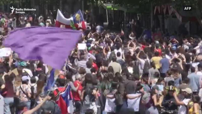 Marš, suzavac i kamenice u Santijagu
