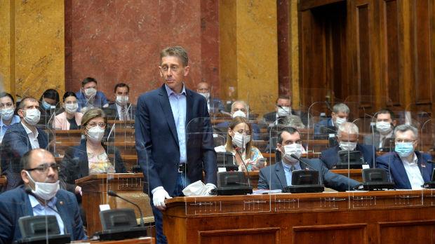 Martinović i Božićeva štrajkuju glađu ispred parlamenta