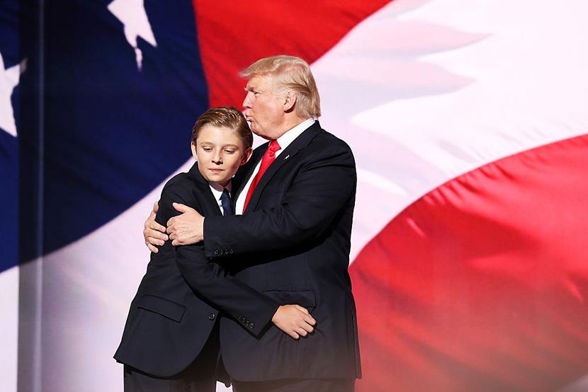 Melanija je okačila fotku Trampa i njihovog sina na Fejsbuk koja je mnoge Balkance isprovocirala (FOTO)