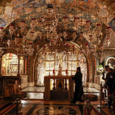 Migranti opljačkali vernike za vreme liturgije: Ukrali mobilne telefone, a jedna žena je ostala bez penzije