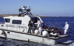 Migranti skočili sa spasilačkog broda u more kako bi se domogli Lampeduze