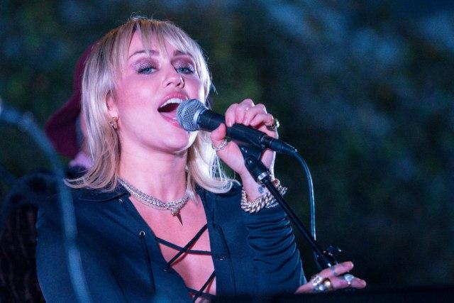 Milioni pregleda za tri dana: Albanska pevačica u ljubavnim scenama sa Majli Sajrus VIDEO