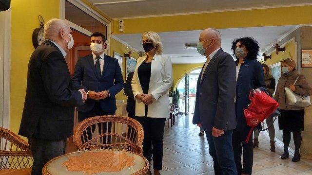 Ministarka Kisić Tepavčević i Đerlek obišli starački dom u Rumi - podeljeni vitaminski paketi