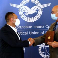 Ministru Vulinu dodeljena Zlatna plaketa za lični doprinos razvoju vazduhoplovnog sporta u Srbiji (VIDEO)