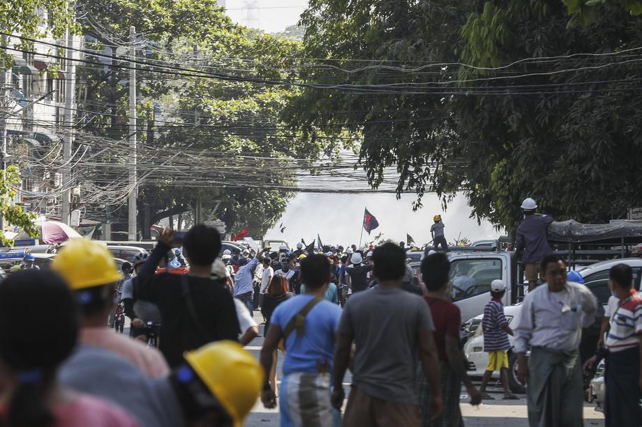 Mjanmar: Racije, pucnji i desetine hiljada ljudi na ulicama
