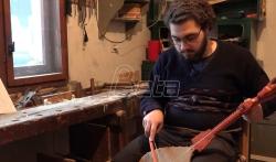 Mladi bogoslov iz Prokuplja svira gusle i izradjuje nameštaj (VIDEO)