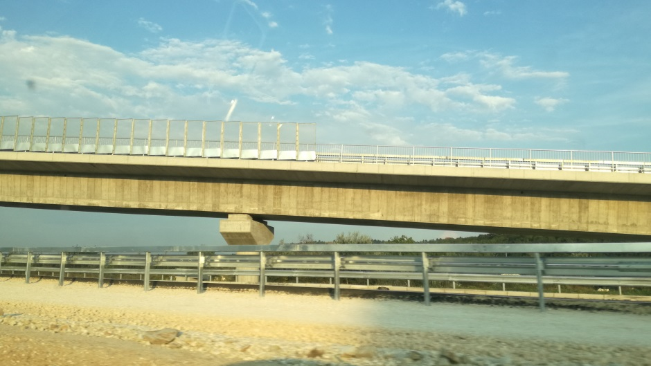 Huligani pravili HAOS: Bacili BETONSKI BLOK na autoput