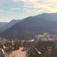 Mokra Gora jedna od najpopularnijih destinacija u Srbiji: Selo iz bajke i voz privlače na hiljade posetilaca (FOTO)