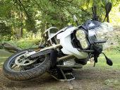 Motociklom se zakucao u taksi i poginuo