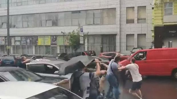 Muškarac skočio na automobil Petra Porošenka, usledila tuča