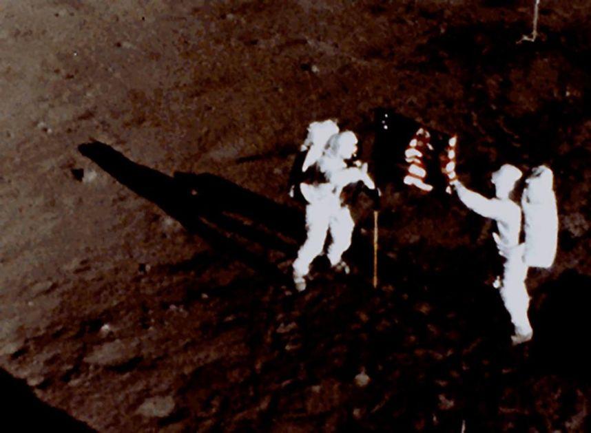 NA DANAŠNJI DAN ARMSTRONG I OLDRIN SLETELI NA MESEC: Svi se i danas pitaju - ko ih je onda slikao i gde su zvezde?
