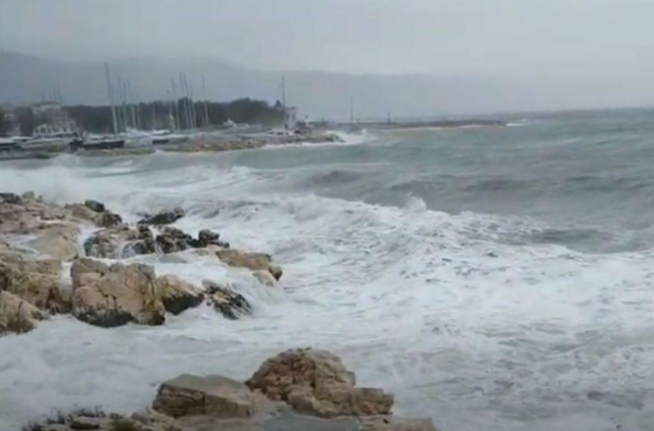 NA JADRANU DRUGO GODIŠNJE DOBA: Stigle jake kiše, olujni vetrovi a zbog ogromnih talasa prekinute linije na moru!