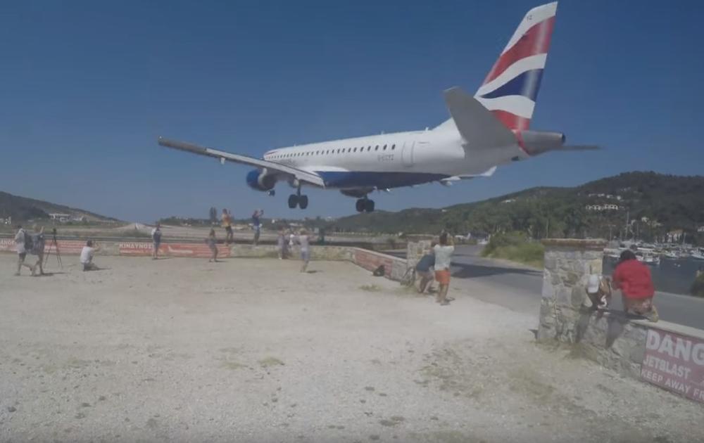NA POPULARNOM GRČKOM OSTRVU AVIONI SLEĆU TIK IZNAD VAŠIH GLAVA: Ovim turistima uopšte to ne smeta, pogledajte ZASTRAŠUJUĆE SNIMKE! (VIDEO)