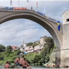 NAJBOLJA MOSTARSKA LASTA: Užičanin Dragan Milnović šampion u skokovima sa Starog mosta u Mostaru (VIDEO)