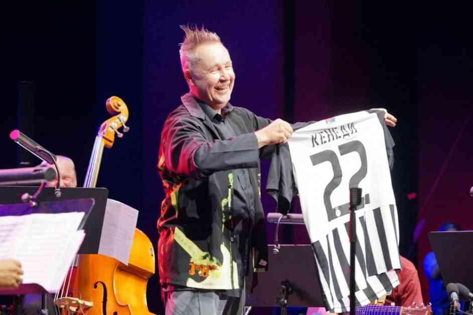 NAJDŽEL KENEDI I PARTIZAN NA BIS: Slavni muzičar otvorio 50. Bemus u crno-belom dresu! (VIDEO)