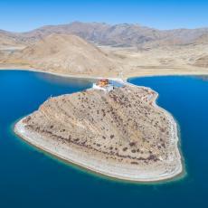 NAJIZOLOVANIJE MESTO NA PLANETI: Ostrvo usred jezera dom je jednog monaha koji čuva tradiciju od zaborava