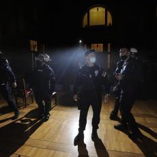 NAJNOVIJA INFORMACIJA! Policija potisnula demonstrante do PRAVNOG FAKULTETA