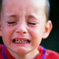 NAJVAŽNIJE JE DA NE PANIČITE! Evo kako PRAVILNO da reagujete ako se vaše dete POSEČE!