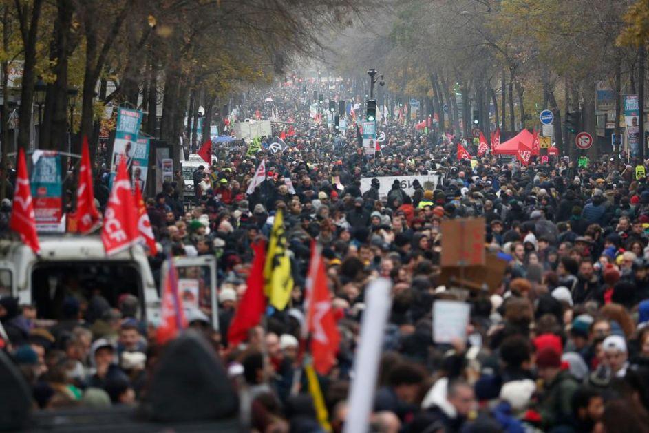 NAJVEĆE DEMONSTRACIJE U POSLEDNJIH 25 GODINA: Francuska pod blokadom zbog najavljene izmene penzionog sistema (VIDEO)