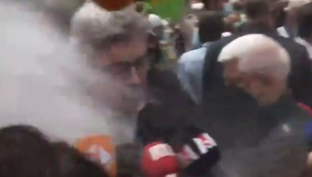 NAPAD BRAŠNOM: Posle Makrona, još jedan francuski političar na meti besnih građana VIDEO