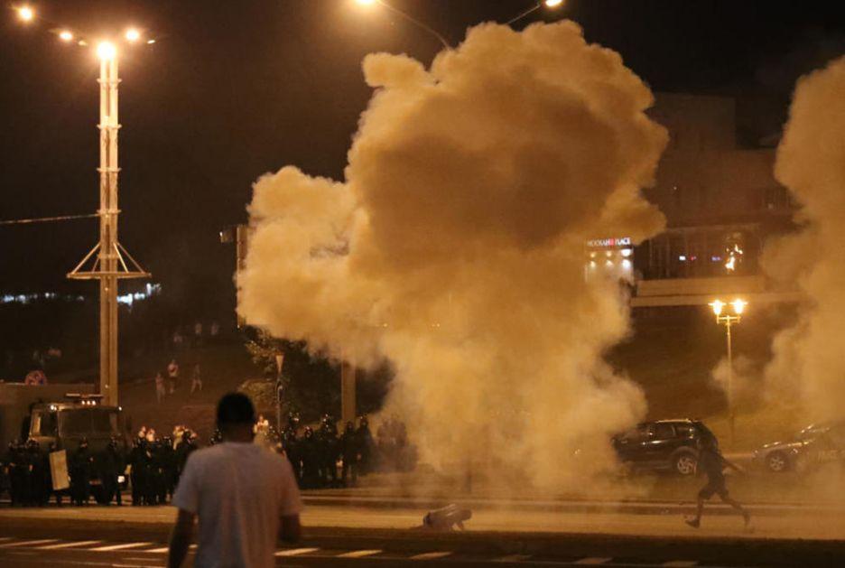 NASTAVLJAJU SE PROTESTI U MINSKU: Čule su se eksplozije i topovski udari, demonstranti bežali od policije, pala hapšenja