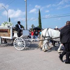 NASTAVLJAMO BORBU: Džordž Flojd sahranjen pored svoje majke koju je dozivao u poslednjim trenucima (VIDEO)