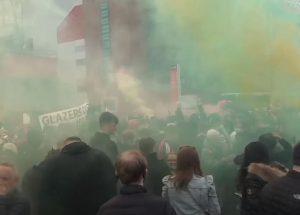 NAVIJAČI JUNAJTEDA U CENTRU NOVOG SKANDALA: Napadnut Liverpulov klupski autobus! (FOTO)