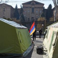 NE POTPISUJ! Jermeni krenuli ka rezidenciji predsednika države, sudbina zemlje je u njegovim rukama (FOTO)
