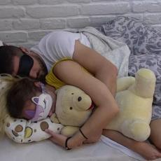 NE VERUJE IM, PA GA ČUVA! Luna otišla kod Marka u izolaciju i UVALILA mu se u krevet! (VIDEO)